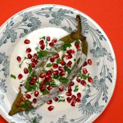 vegetarische grüne Paprika mit Nuss-Sauce (Chiles en Nogada)